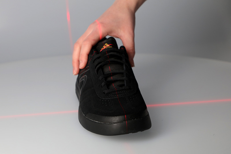 Centre the product on the turntable - black sport shoe